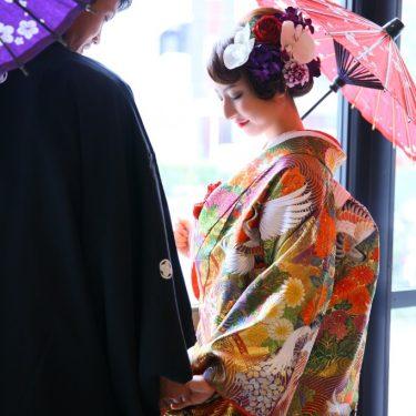 鶴の刺繍が入ったカラフルな色打掛を着て撮影した和装ウェディングフォト
