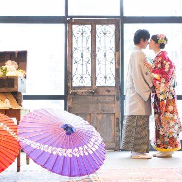 アトリエスタジオウェディングアベニューのスタジオ全体を入れたオシャレな和装結婚写真