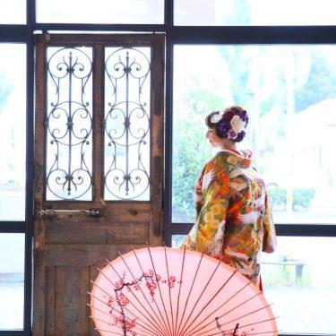 アンティーク扉の前で撮影した、色打掛姿の花嫁