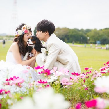 愛犬にキスして撮った結婚写真