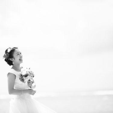 ハワイの海とキレイな新婦さん