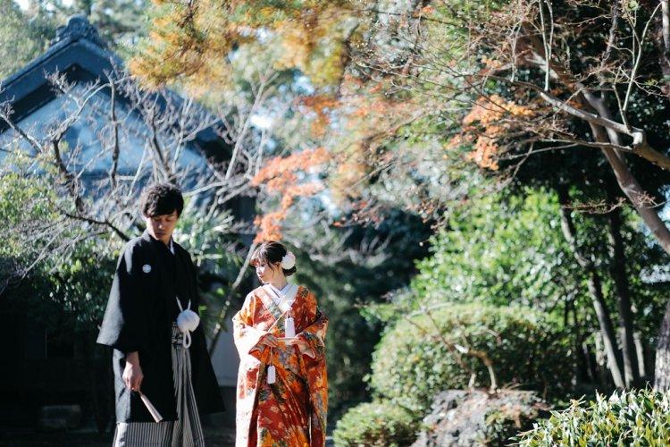 六華苑の庭でポージングしている和装姿のふたり