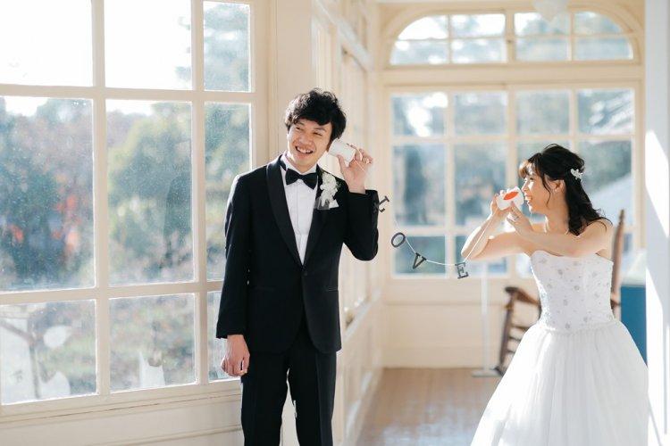 白くて可愛い窓の前で可愛いポーズで撮影した結婚写真