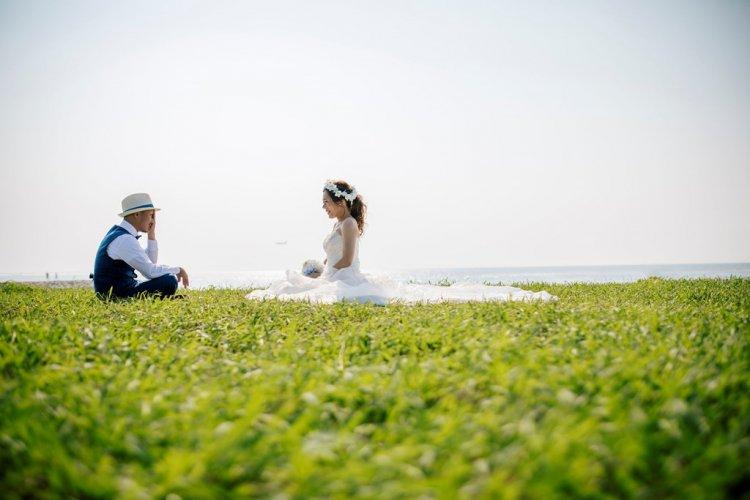 りんくうビーチの芝生広場に座っているふたり