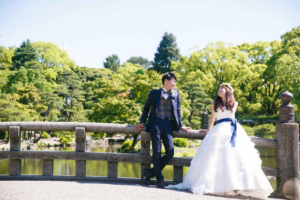 鶴舞公園の橋と池の前で洋装を着て撮った結婚写真