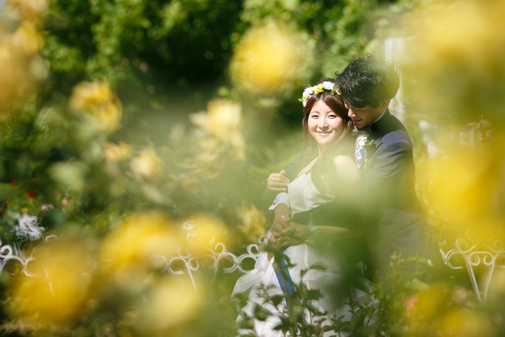 黄色の花が光と反射して美しく輝くウェディングフォト