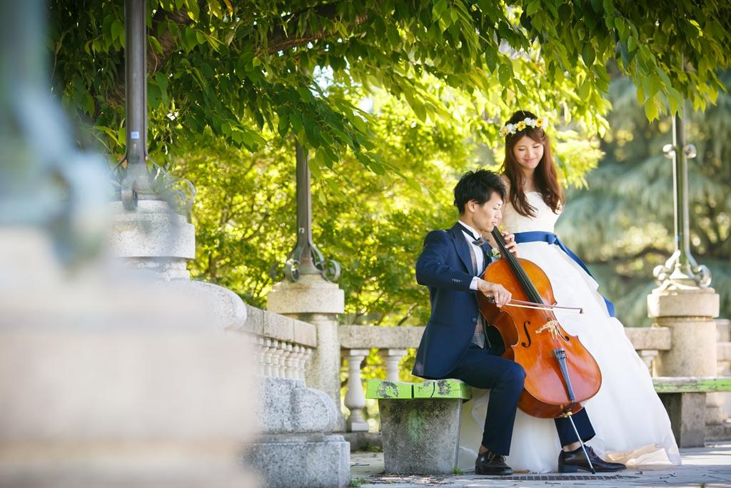 鶴舞公園でチェロを弾いているロマンチック過ぎる二人の結婚写真