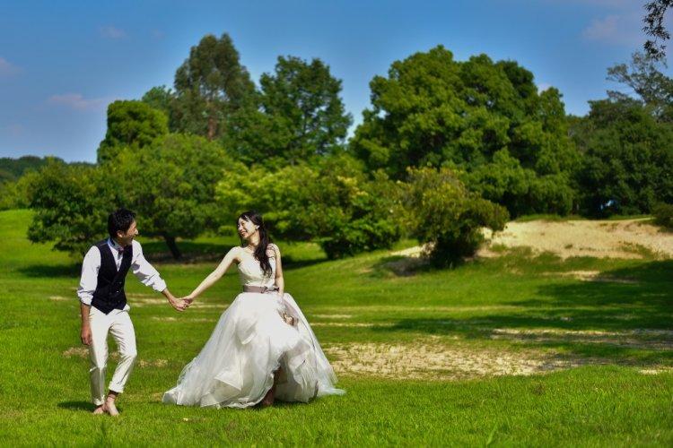 大高緑地公園の大広場で手をつないでいる夫婦