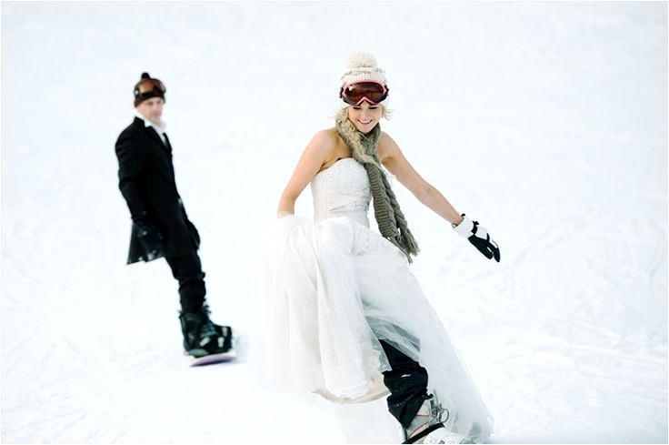 スノーボードをしながら前撮り撮影を楽しむふたり