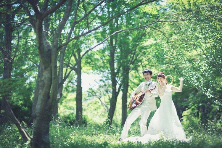大高緑地公園で楽器を弾いているふたり
