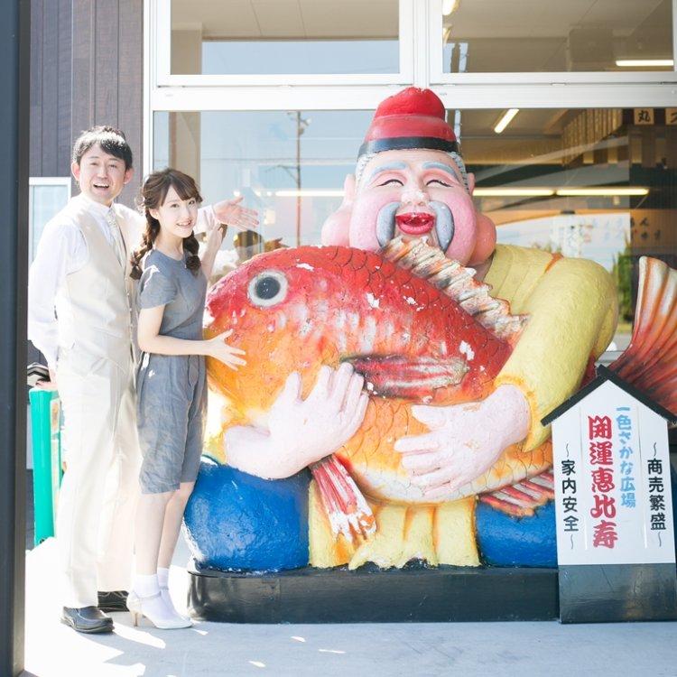 佐久島の漁師のオブジェと一緒に撮った結婚写真