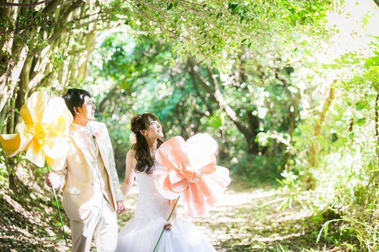 キラキラ光る新緑に包まれて撮った結婚写真