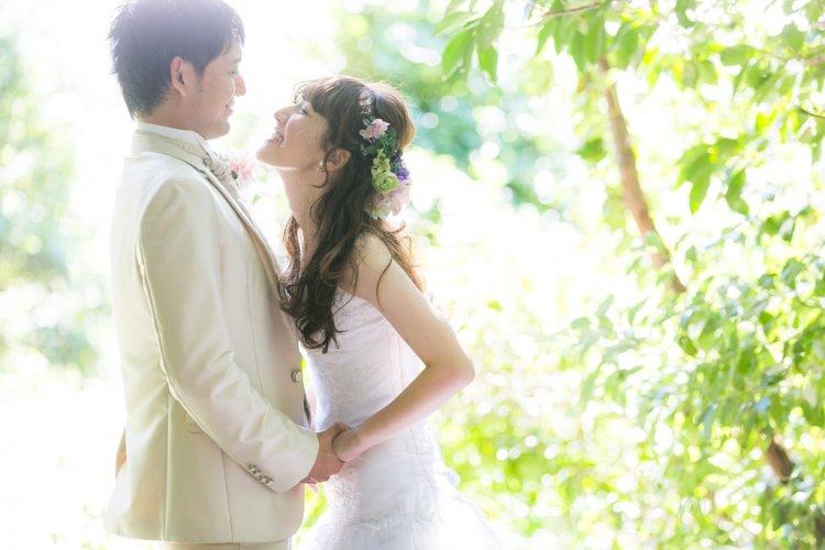 緑と光のキレイな結婚写真
