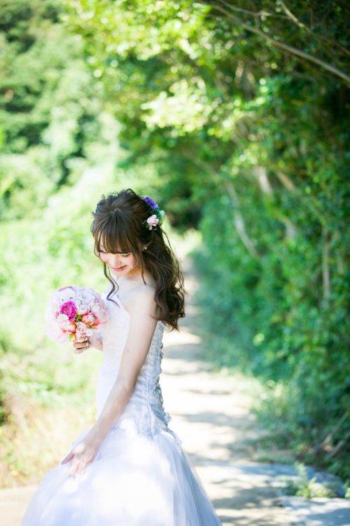 佐久島の緑の中で撮った新婦一人の写真