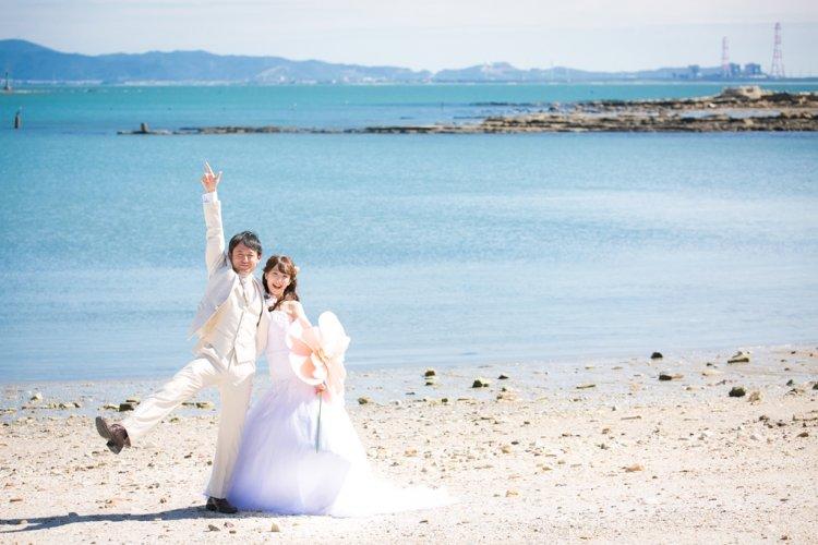佐久島の海をバックに撮ったフォトウェディング