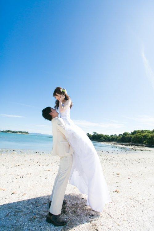 新婦を抱いて撮った結婚写真