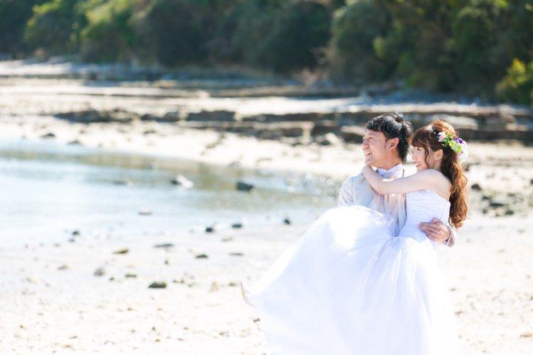 佐久島の海をバックに洋装ロケ