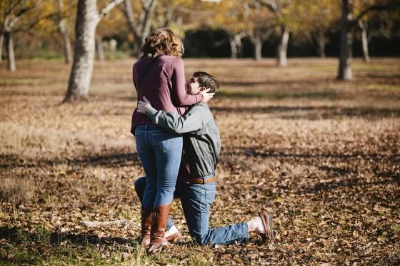 彼女をハグしながら、片膝をついてプロポーズ