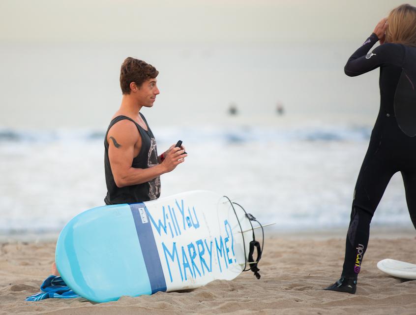 サーフボードに、結婚してくださいの文字を書いてプロポーズ