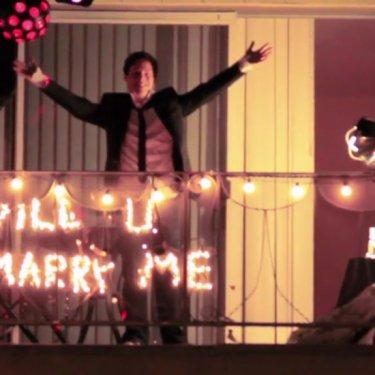 WILL YOU MARRY MEの電飾でプロポーズしているロマンチックな彼
