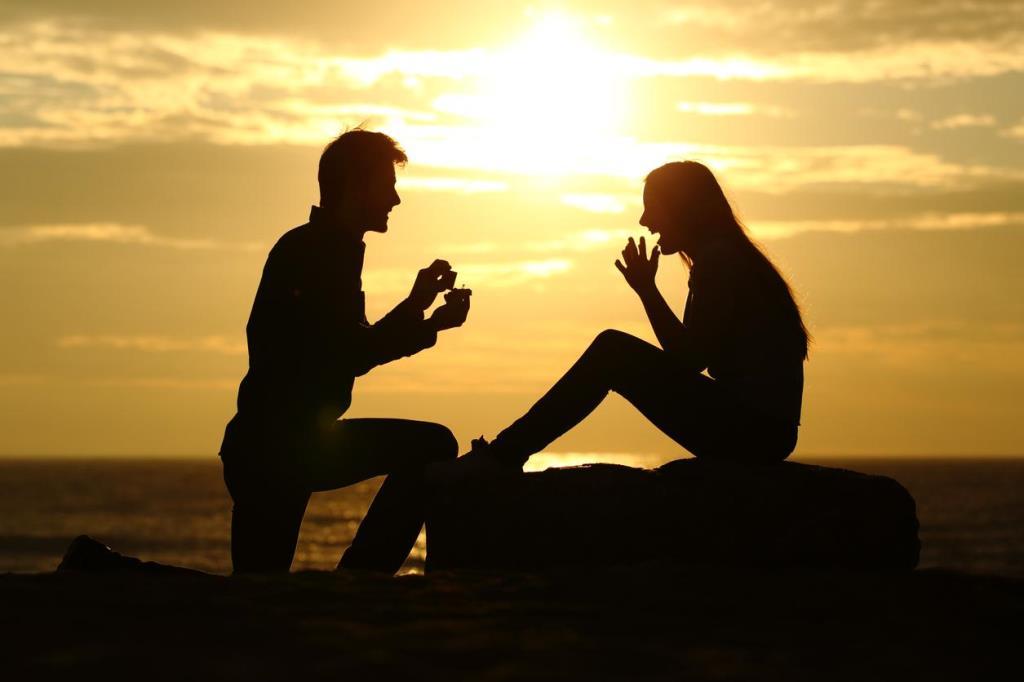プロポーズしているシルエットの写真
