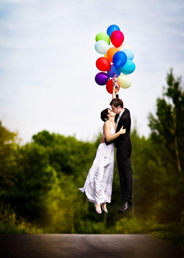 風船で飛んで行きそうな新郎新婦のウェディングフォト