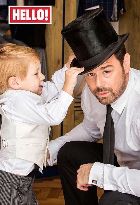 子供がタキシード姿のパパにハットをかぶせてるかわいい写真