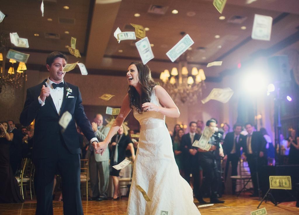 結婚式のパーティー中に、お金が巻かれている写真