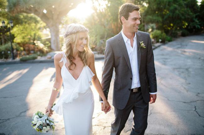 ナチュラルな雰囲気のウェディングドレスを着て結婚式を楽しんでいるふたり