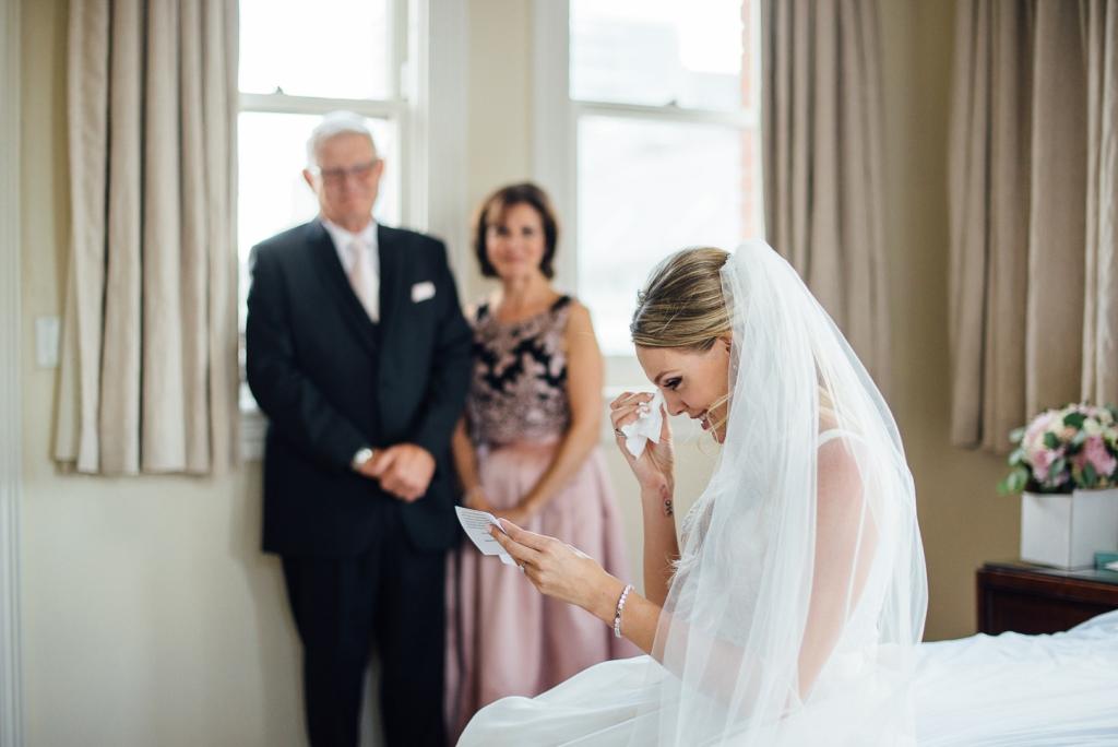 結婚式当日最愛の両親に感謝の手紙を読み、涙している娘
