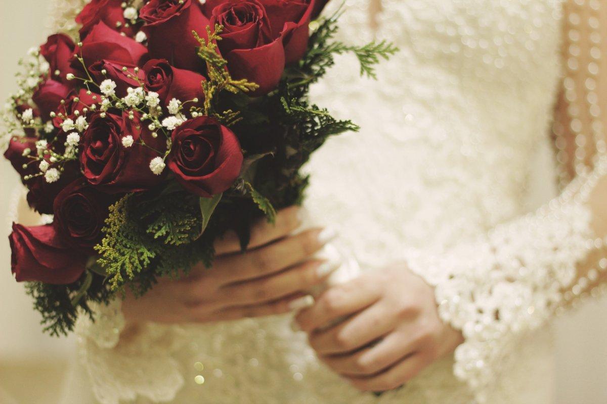 真紅の薔薇のブーケを持っている花嫁さん