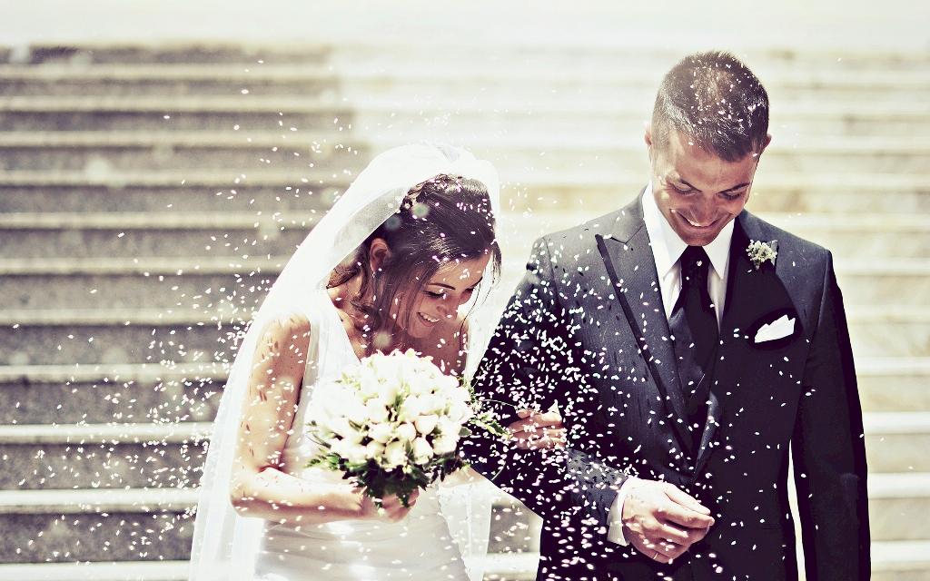 ゲストのみんなにフラワーシャワーで祝福されている新郎新婦