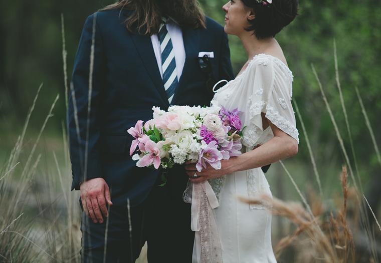 アンティークなウェディングドレスの新婦と、ブルーに白のチェックのタイを付けた新郎のフォトウェディング