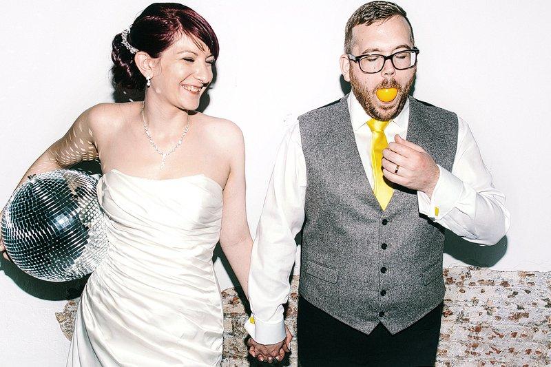 ミラーボールを持った新婦さんと、レモンを丸ごと口に入れている新郎さん