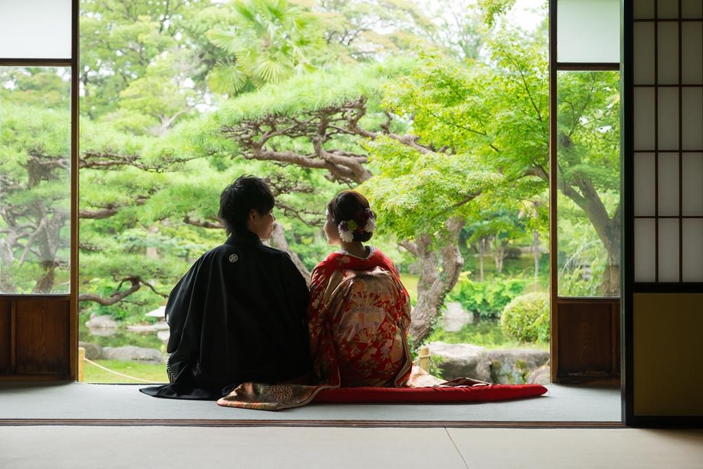 六華苑の縁側から広がるきれいな景色を眺めながら