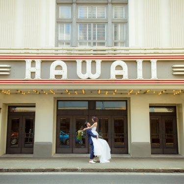 ハワイフォトウェディングのシンボル、ハワイシアター前で撮った結婚写真