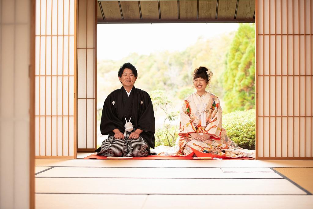 お茶室から広がる大自然とお二人の笑顔。