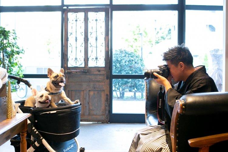 愛犬を撮影する紋付き姿の新郎様