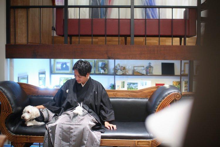 アンティークなソファで紋付袴の新郎様