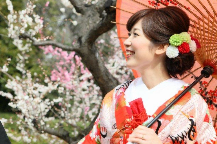 紅梅が色鮮やかな白鳥庭園で前撮り