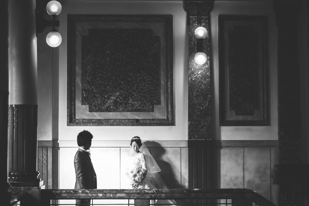 エレガントにシックに。大階段に映えるウェディングドレス。
