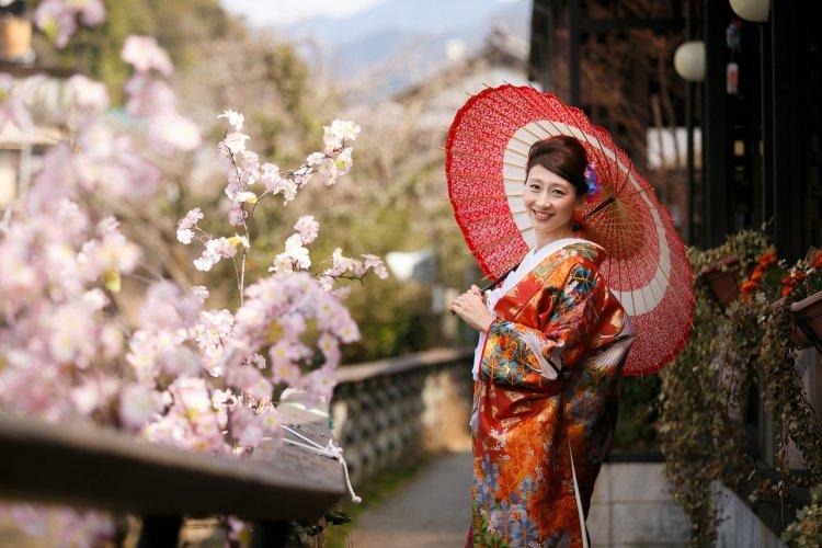 和傘をさししっとり打掛を羽織って撮影