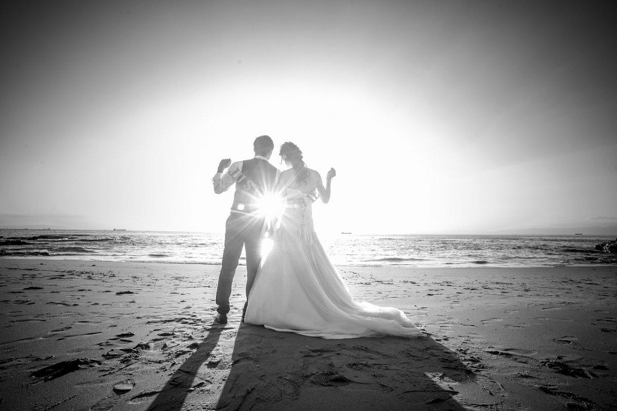 夕日の光が眩しいビーチフォト