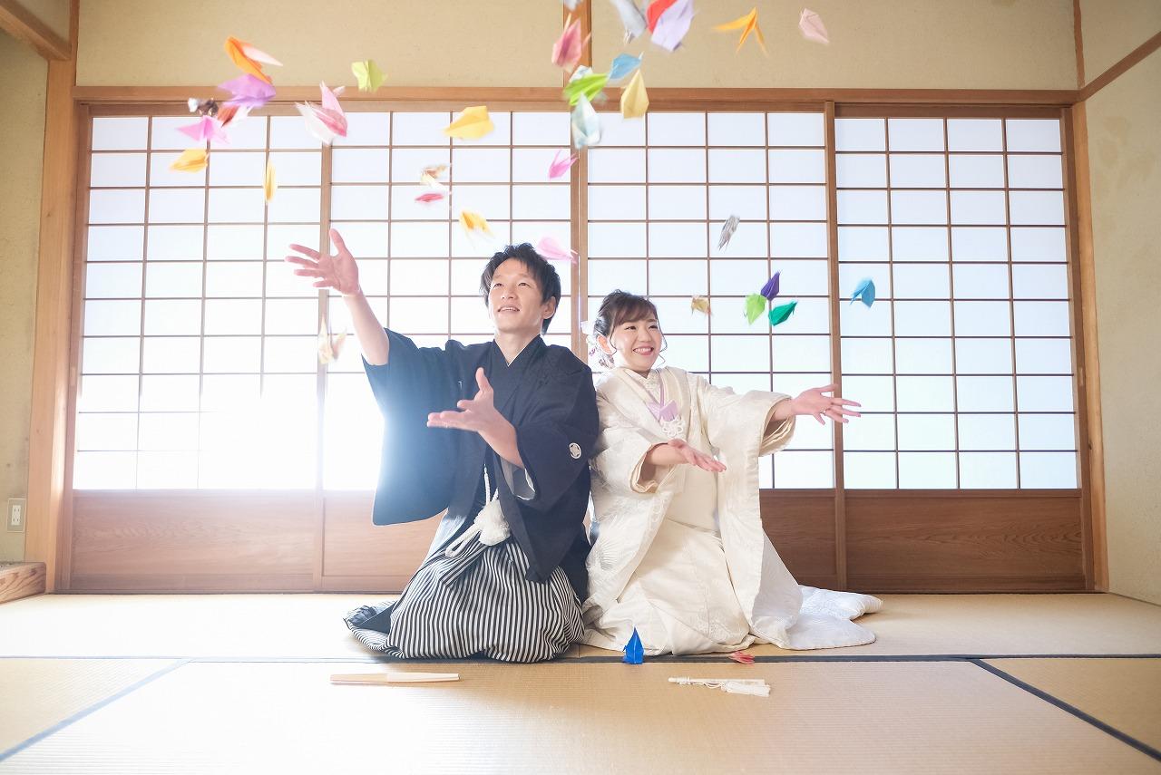 カラフルな鶴シャワーで祝福