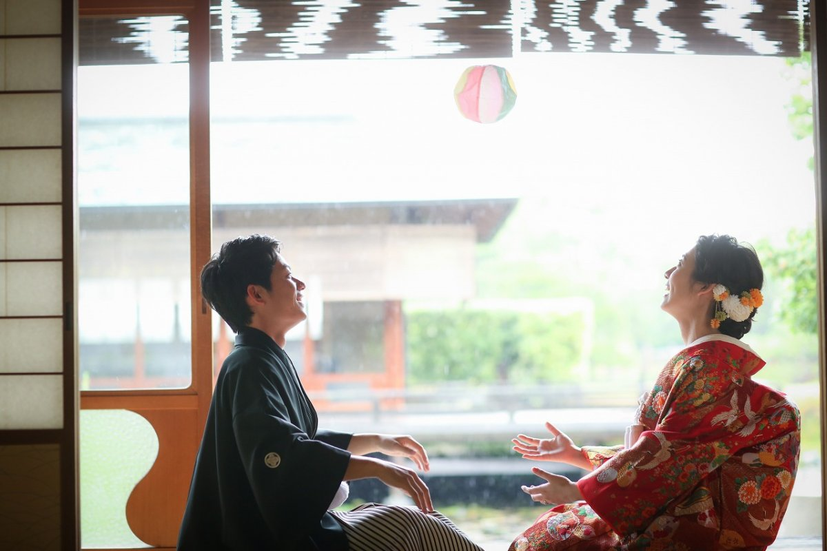 雨の中に写るお二人の最高の笑顔の前撮り