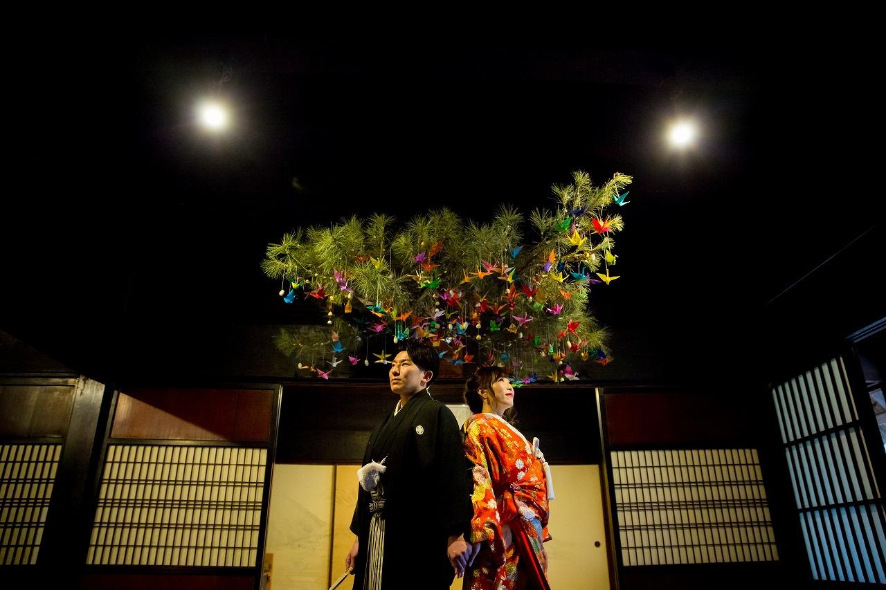 カラフルな鶴と一緒に幸せウェディングフォト