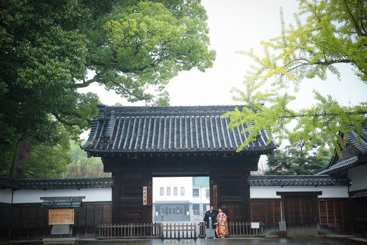 黒門の前で和装撮影