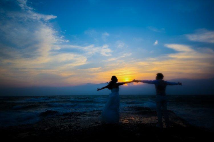 夕方の海でダンスをするように前撮り撮影