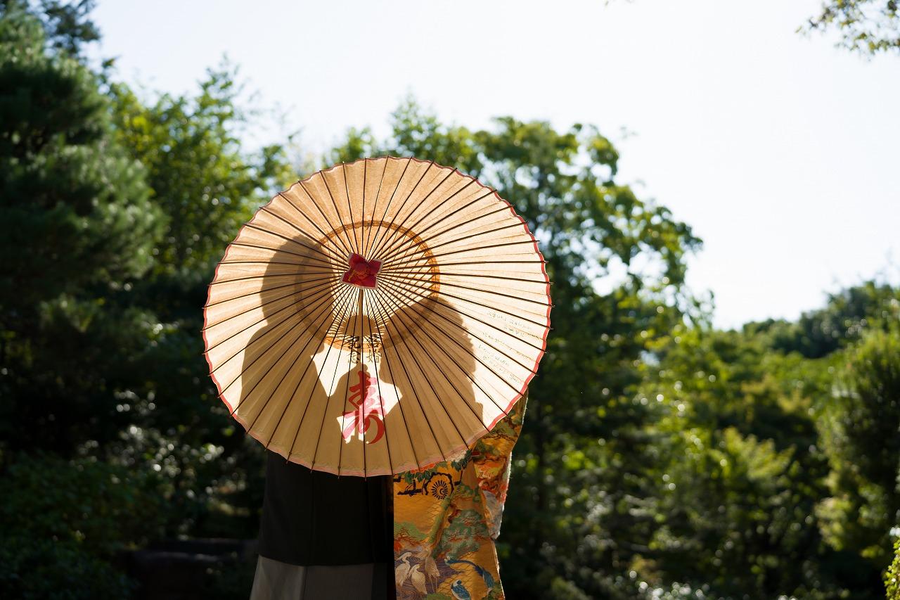 代々受け継がれる和傘を使って結婚写真撮影