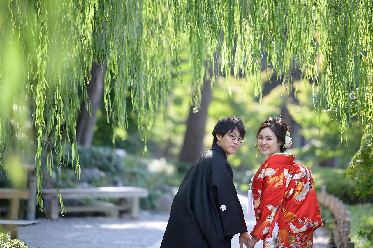 光射す徳川園で、緑に映える赤い着物が素敵なロケーション撮影